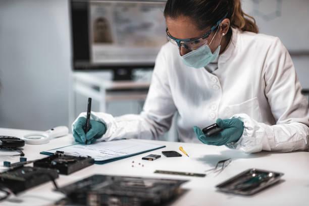 Forensik. Polizeiexperte prüft beschlagnahmtes Handy – Foto