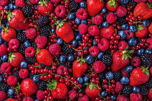 bayas de frutas del bosque por encima de la mezcla variada en el estudio - fruta fotografías e imágenes de stock
