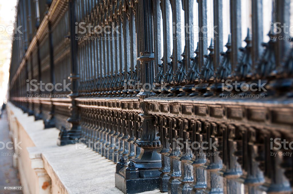 Forged fence with patterns, perspective in selective focus – Foto
