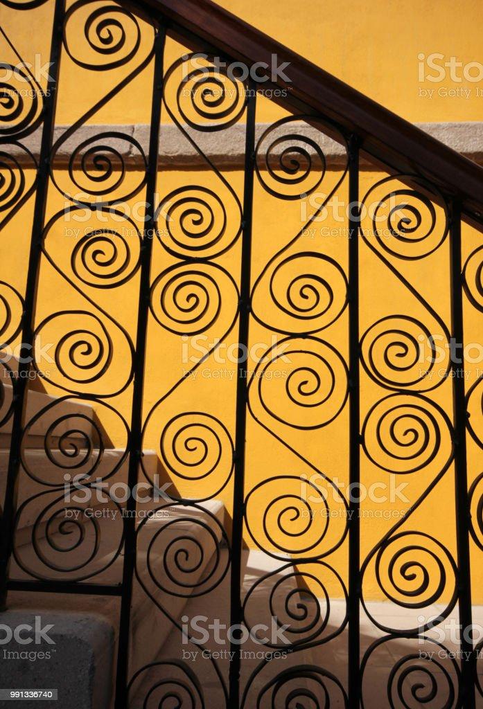 Forjado de Metal valla en una escalera - foto de stock