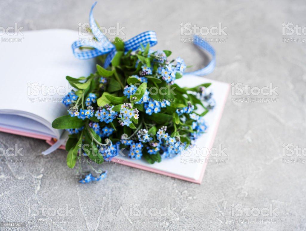 Glöm mig inte blommor och bärbara - Royaltyfri Beskrivande färg Bildbanksbilder