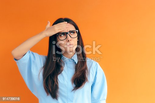 istock Forgetful Brainy Girl Trying to Remember Her Clever Idea 914739016