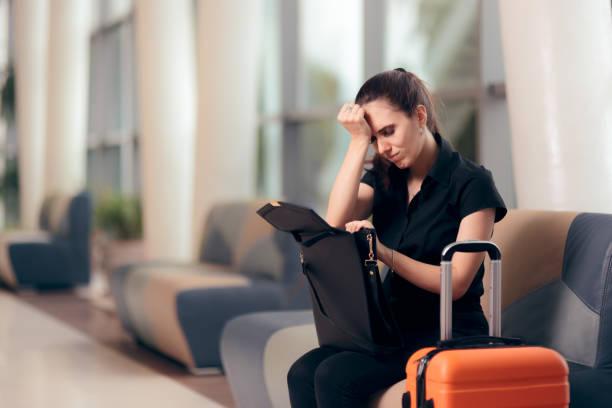 忘れっぽい女の子空港で彼女のバッグをチェック - id盗難 ストックフォトと画像