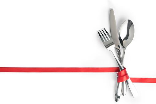 Messer Löffel Und Gabel Gebunden Mit Einem Roten Band Isoliert Mit Textfreiraum Stockfoto und mehr Bilder von Arrangieren