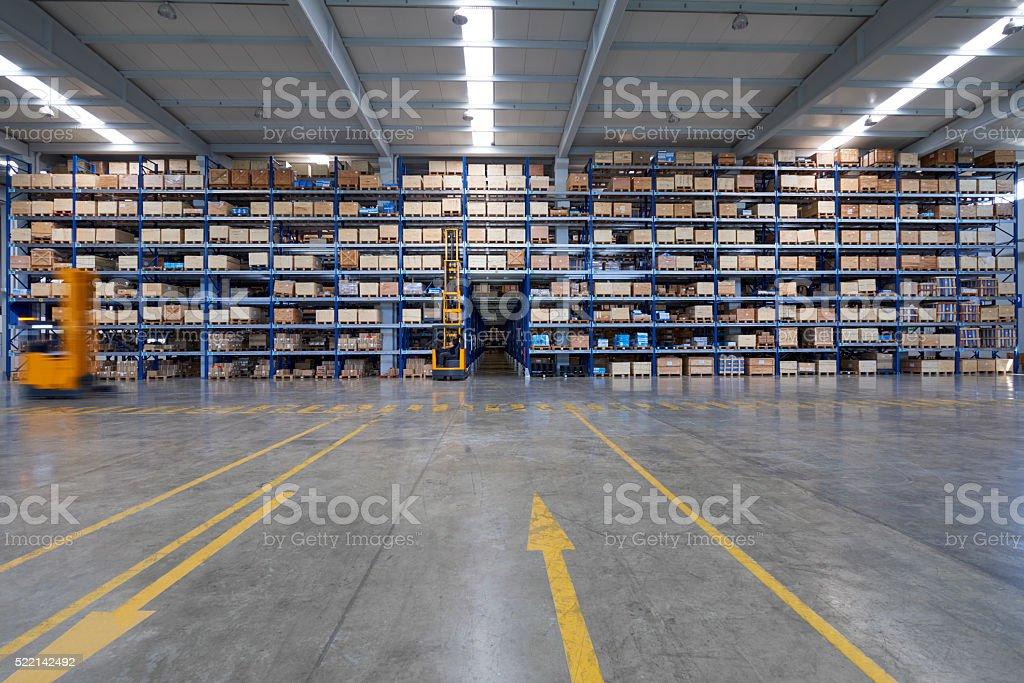 Carretillas de transporte de cajas de cartón en el almacén. - foto de stock