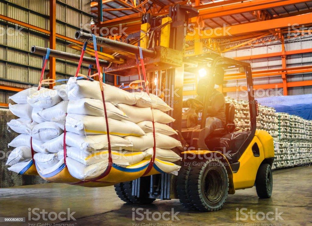 Empilhadeira de sacos de açúcar para o recheio no recipiente para exportação de manipulação. - foto de acervo