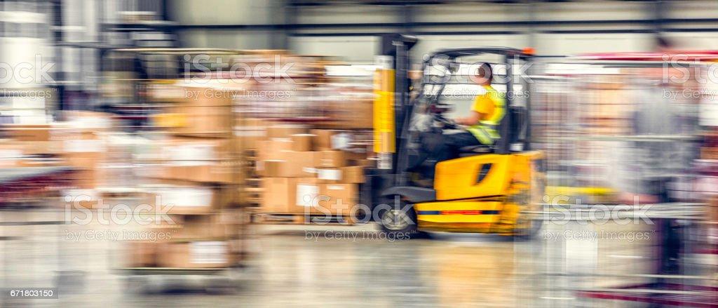 Chariot élévateur en entrepôt - Photo