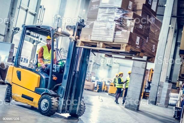 Gabelstapler beweglichen Stapel Boxen - Lizenzfrei Arbeiten Stock-Foto