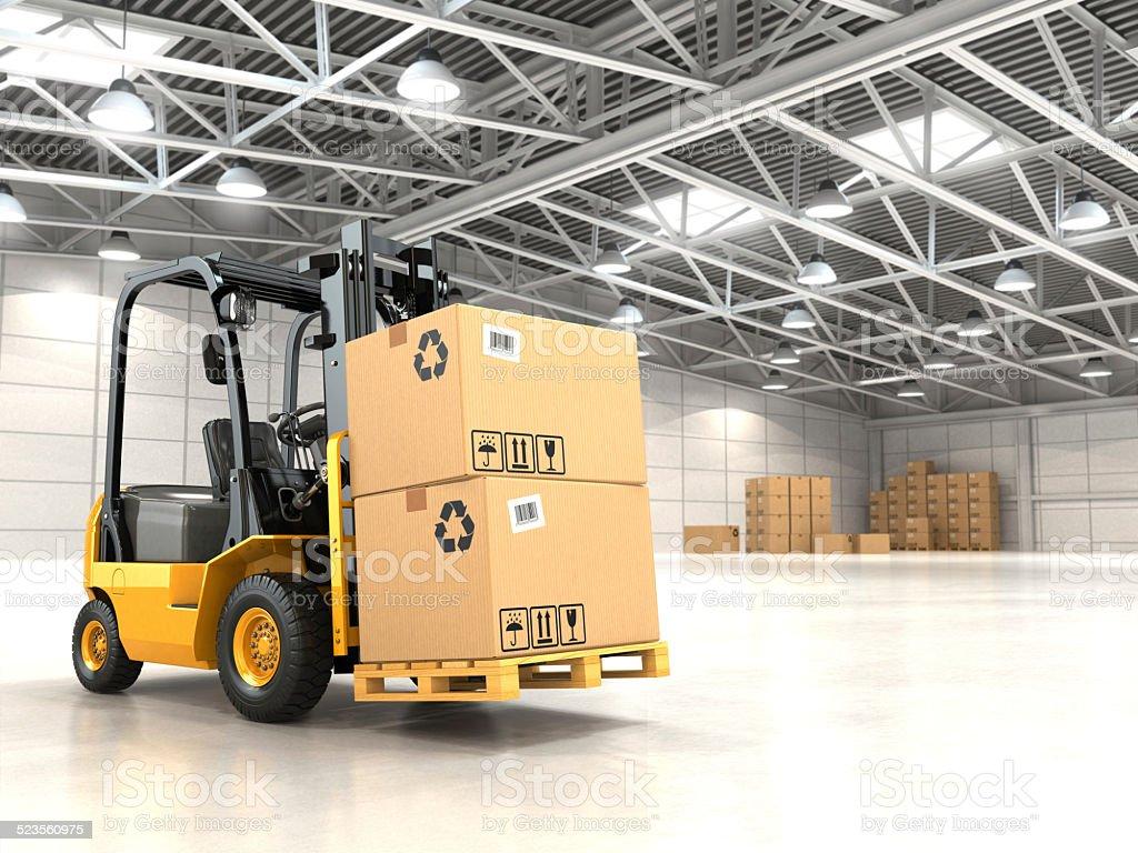 Gabelstapler LKW im warehouse oder Stauraum Beladen Pappe Boxen. Lizenzfreies stock-foto