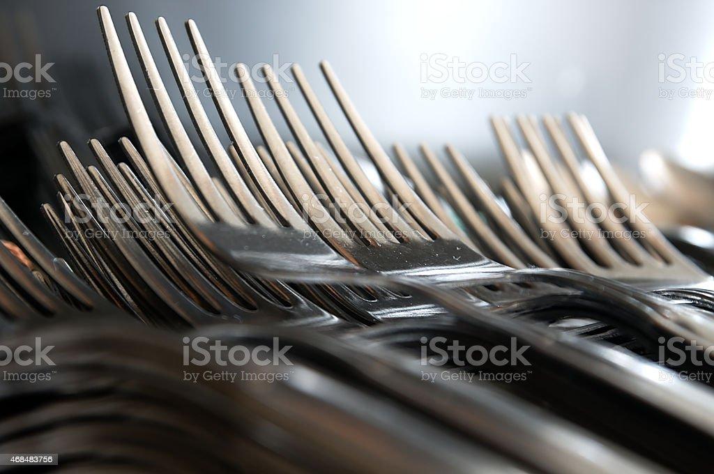 Forks ułożone w serii w the kitchen table. – zdjęcie