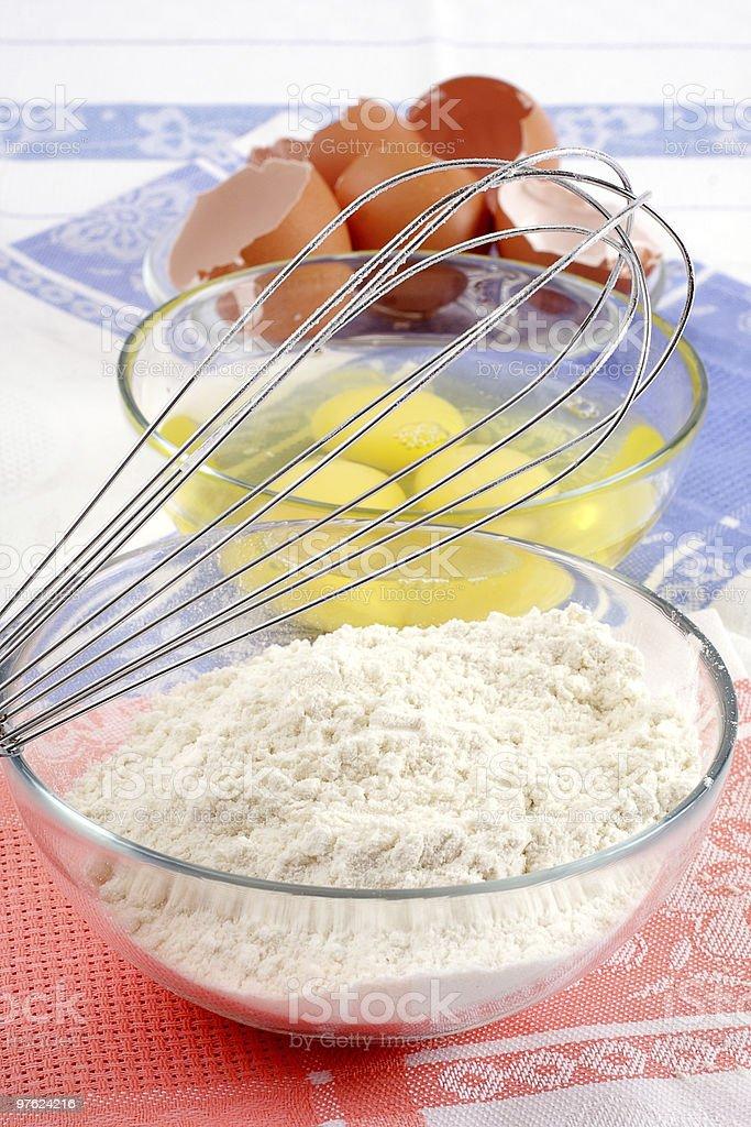 Formulaire pour faire cuire, farine et des œufs. Nous préparons les cookies. photo libre de droits
