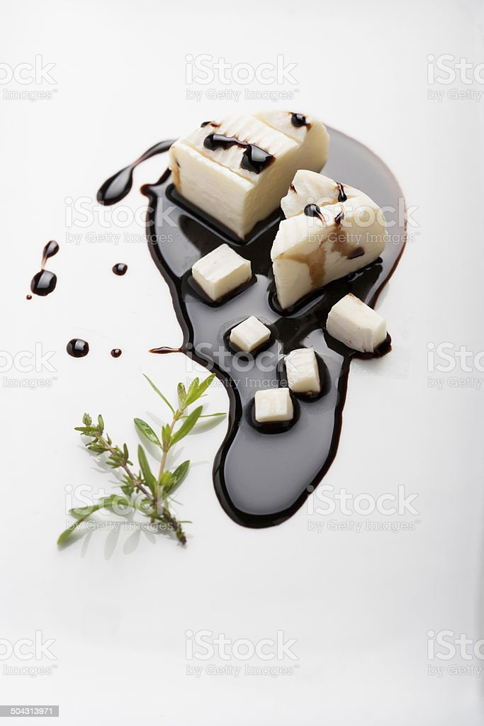 Formaggio fresco su crema di aceto balsamico stock photo