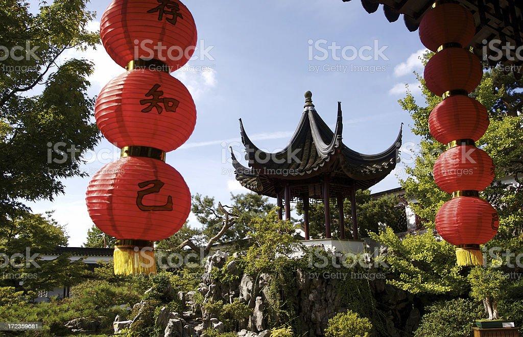 Formal jardines con linternas chinas y asiática House foto de stock libre de derechos