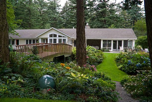extensie gärten umgeben einen luxuriösen ranch hause - naturstein terrasse stock-fotos und bilder