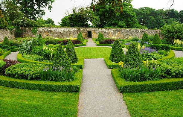 formelle knotengarten, wales, großbritannien - steine für gartenmauer stock-fotos und bilder