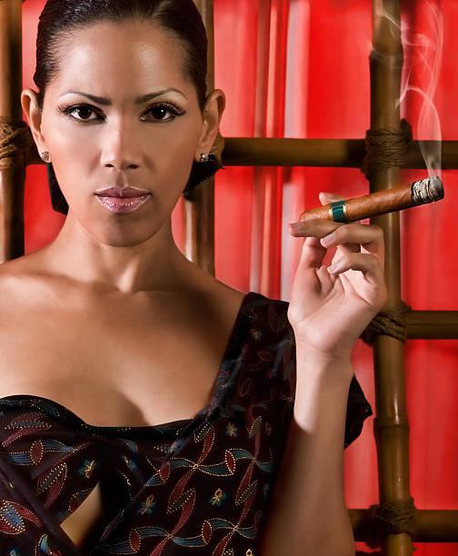 formalmente vestido de una mujer fuma un habano. - mujeres dominicanas fotografías e imágenes de stock