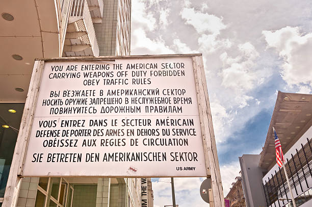 były border cross checkpoint charlie w berlinie - memorial day zdjęcia i obrazy z banku zdjęć