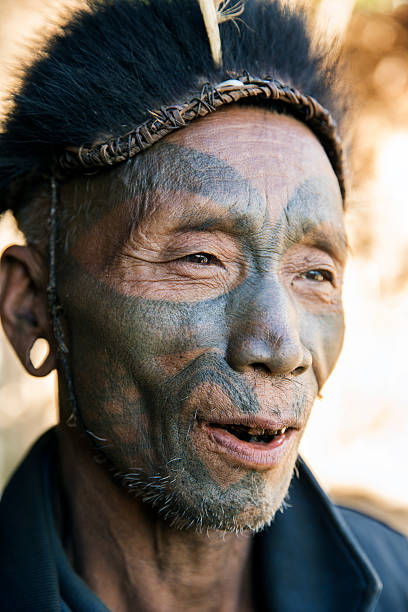 former headhunter of longwa village, nagaland, india. - tribal tattoos stock-fotos und bilder