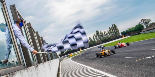 Formel-Rennwagen in Richtung Ziellinie zu beschleunigen – Foto