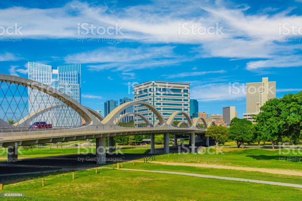 Her Wert Skyline Stadtbild mit Frühling Laub, TX (P) – Foto