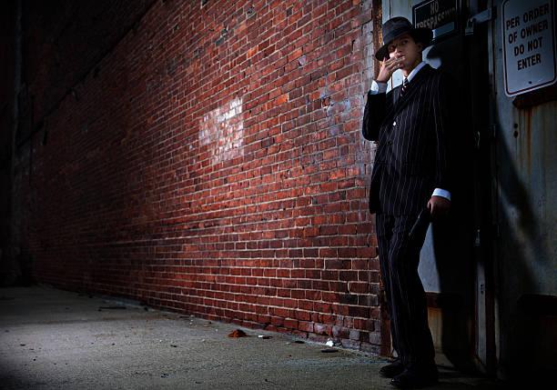 forties film w stylu noir gangster - gangster zdjęcia i obrazy z banku zdjęć