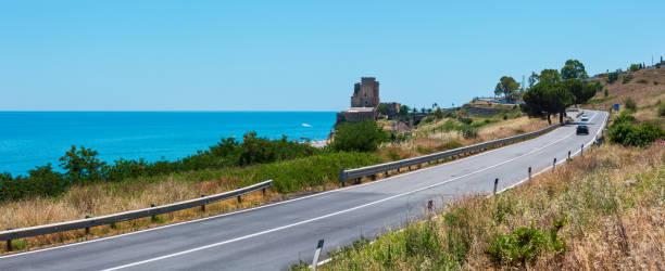 이오니아 바다 해안, 남쪽 이탈리아에 요새 타워 - 이오니아 해 뉴스 사진 이미지