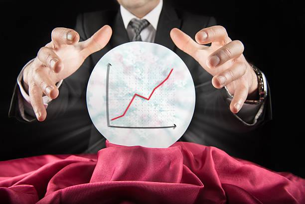 voyant homme d'affaires, voit rising graphique dans une salle de bal crystal - boule de cristal photos et images de collection