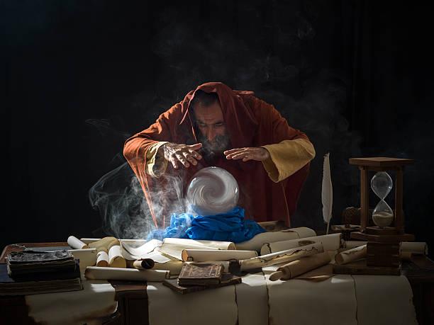 Wahrsagerin in fantastischer Kostüm mit crystal ball – Foto
