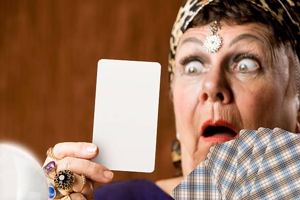 wahrsagerin mit leeren tarot-karte - hippie kostüm damen stock-fotos und bilder
