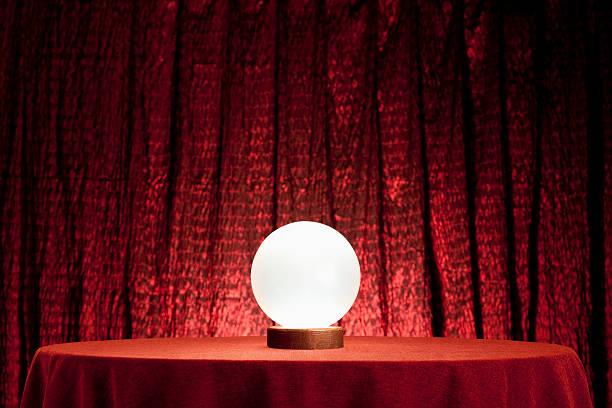 voyant la boule de cristal. xxxl - boule de cristal photos et images de collection