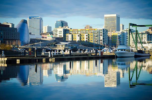 Foss Waterway com edifícios e o horizonte de Tacoma, WA - foto de acervo