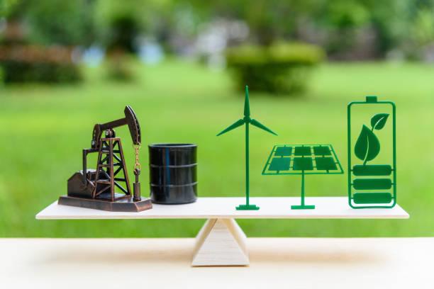 fossile brennstoffe vs erneuerbare / zukunft saubere alternative energiekonzept: petroleum bohrschwengels, trommel barrel rohöl, solar-panel, grünes blatt batterie windkraftanlage im maßstab holz balance in gleicher lage. - opec stock-fotos und bilder
