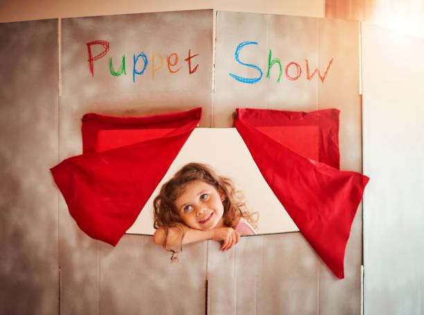 förderung der kindlichen phantasie durch spielen - kasperltheater stock-fotos und bilder