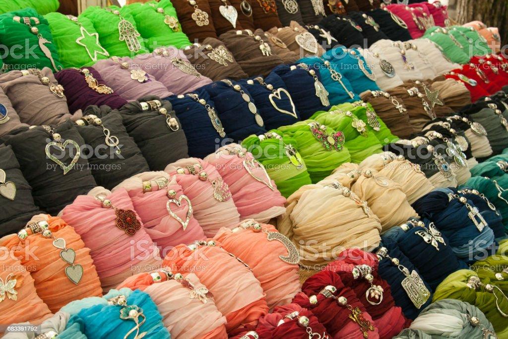 salvare d30a5 8cfc2 Foulard Colorati Esposti In Un Mercato Colored Scarves ...