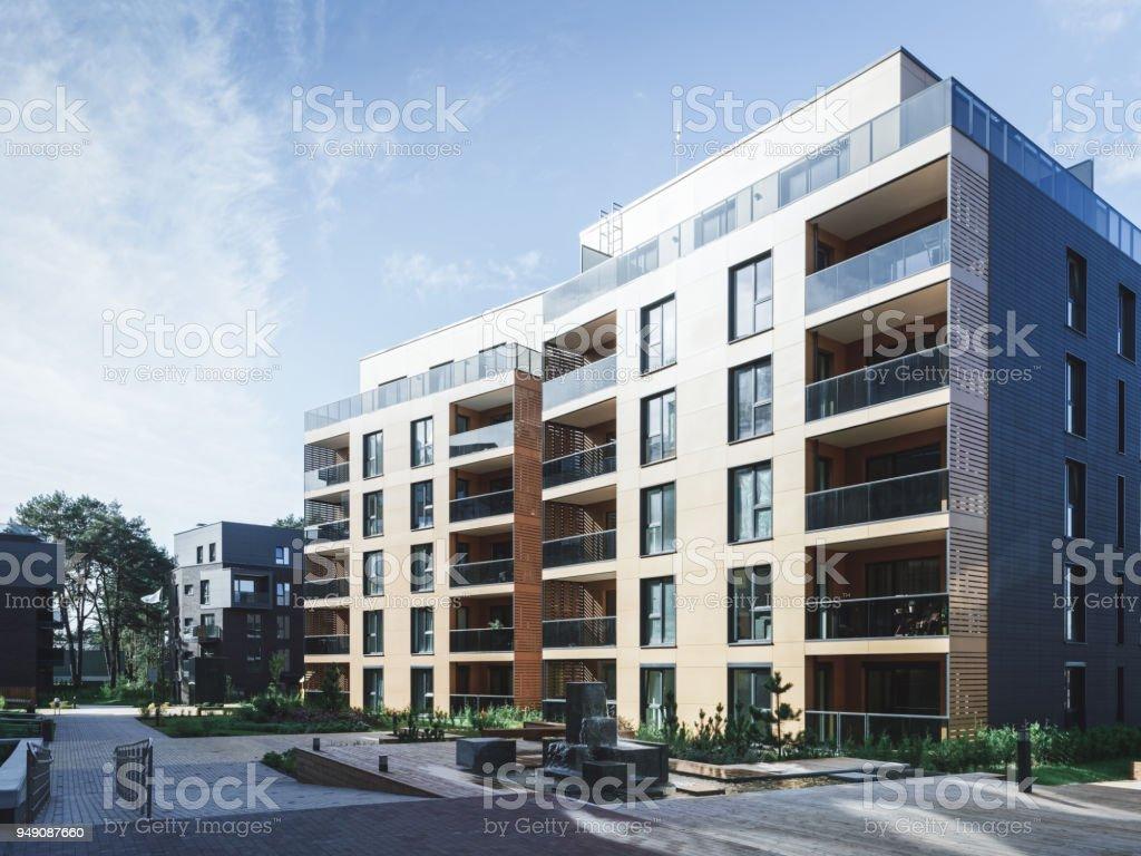 아파트 주거 건물의 복잡 한 분수 - 로열티 프리 0명 스톡 사진