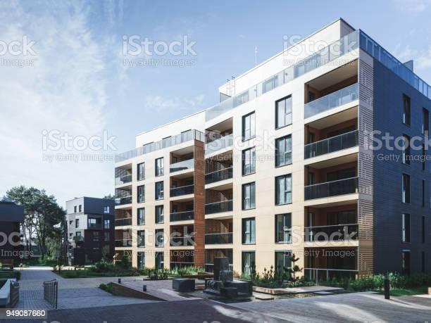 아파트 주거 건물의 복잡 한 분수 0명에 대한 스톡 사진 및 기타 이미지