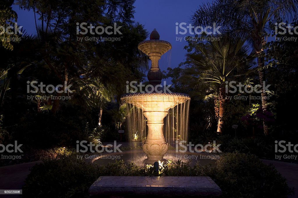 Brunnen bei Nacht – Foto