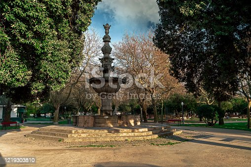 This fountain was in the old Convento de S. Francisco. He was moved to the Passeio Alegre garden after that building was reduced to rubble, during the final phase of the siege of Porto.