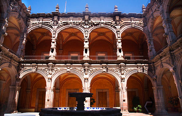 fuente del patio los arcos de orange esculturas queretaro, méxico - queretaro fotografías e imágenes de stock