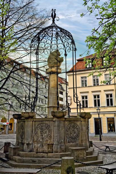 brunnen in nikolaikirchplatz (nicholas platz) in berlin, deutschland - nikolaiviertel stock-fotos und bilder