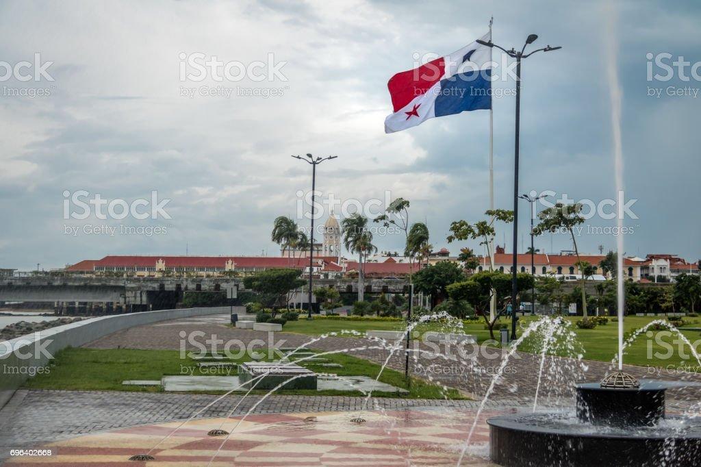 Fonte na cidade do Panamá com a bandeira do país e Casco Viejo (cidade velha) em fundo - cidade do Panamá, Panamá - foto de acervo