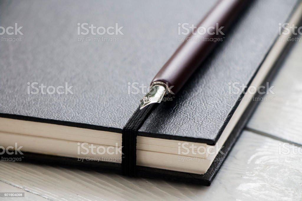 Feder Füllfederhalter mit schwarzem Leder-Buch – Foto