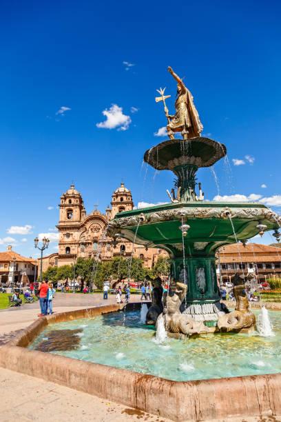 Brunnen des Inka-Kaisers Pachacuti und der Kirche der Gesellschaft Jesu an der Plaza De Armas, Cuzco, Peru – Foto