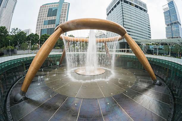 springbrunnen des reichtums singapur - größte städte der welt stock-fotos und bilder