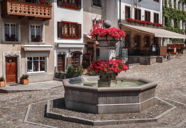 Une fontaine sur la place principale - Gruyeres - Suisse - Photo