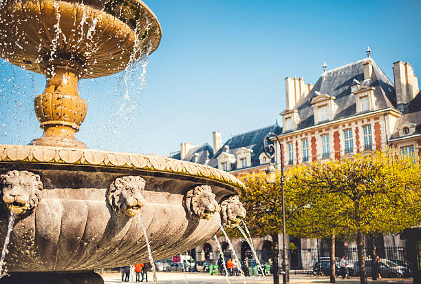 Brunnen an der Place des Vosges in Paris – Foto