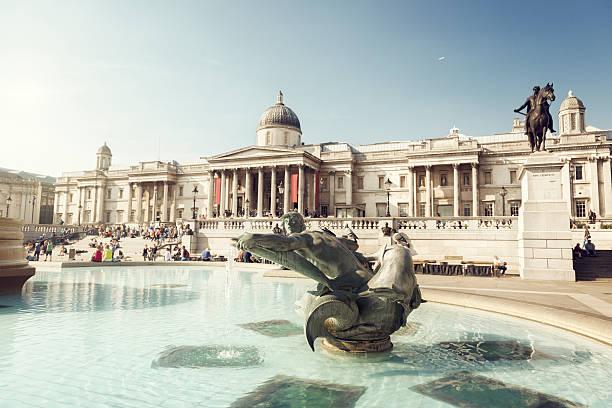 fountain on the trafalgar square, london, uk - nationaal monument beroemde plaats stockfoto's en -beelden