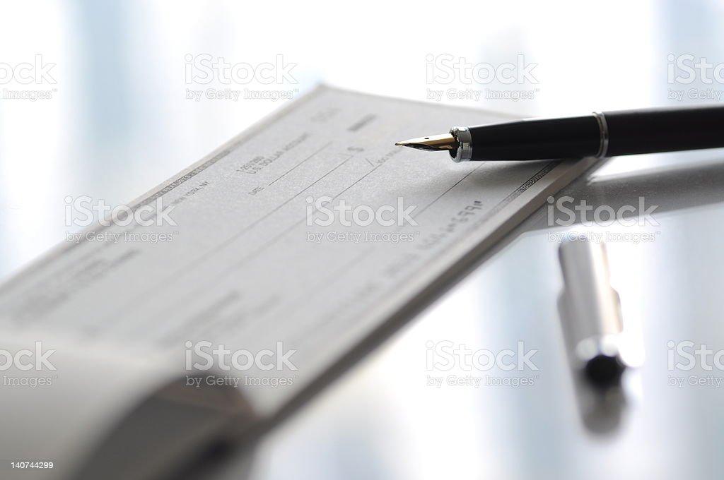 Penna stilografica e assegno - foto stock