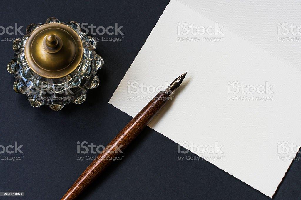 Fotografía de Pluma Fuente Tintero Carta En Un Fondo Negro y más ...