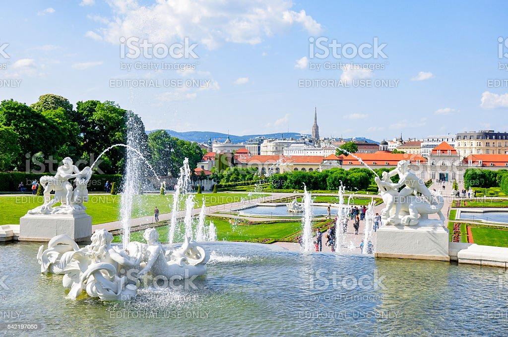 Brunnen im Garten von Schloss Belvedere im Wien, Österreich Lizenzfreies stock-foto